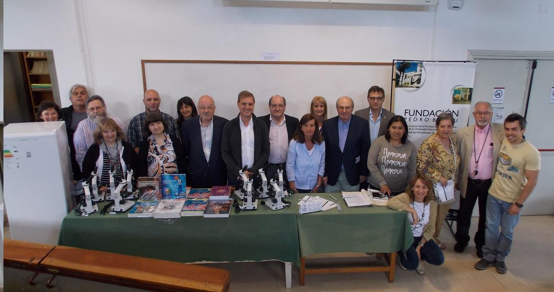La SPA donó 5 microscopios monoculares a la Fundación Belou